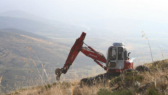 Opening holes at Finca El Carmocho (Segovia) with a walking excavator